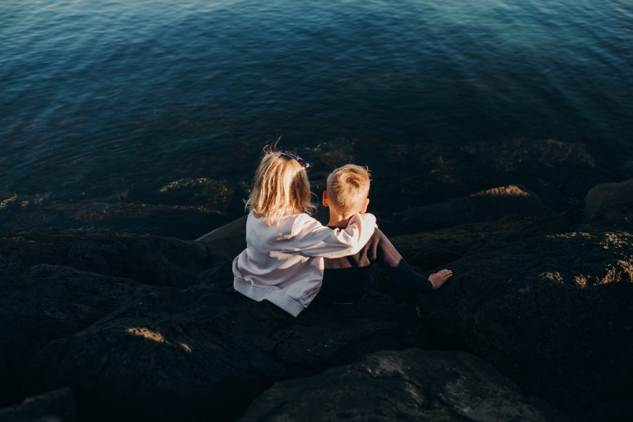 beach family photography melbourne family photographer children on the rocks siblings